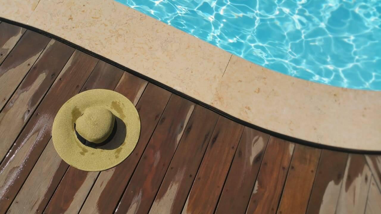 nettoyer terrasse en bois près de la piscine