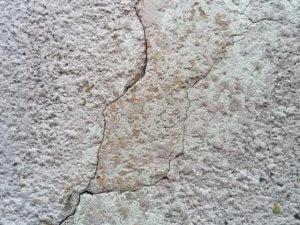 fissure de façade occasionnant problème d'humidité