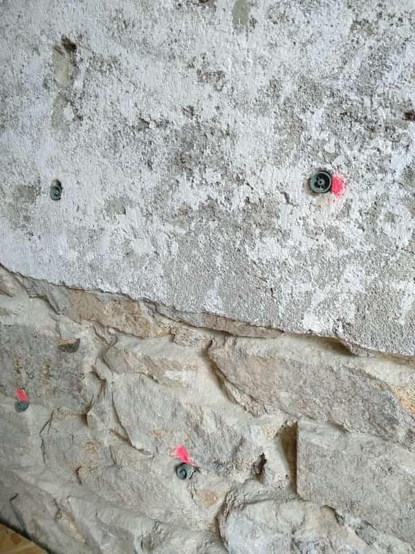 pose des injecteurs sur le mur contaminé